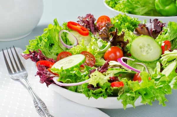 dùng salad xà lách cho bữa tối