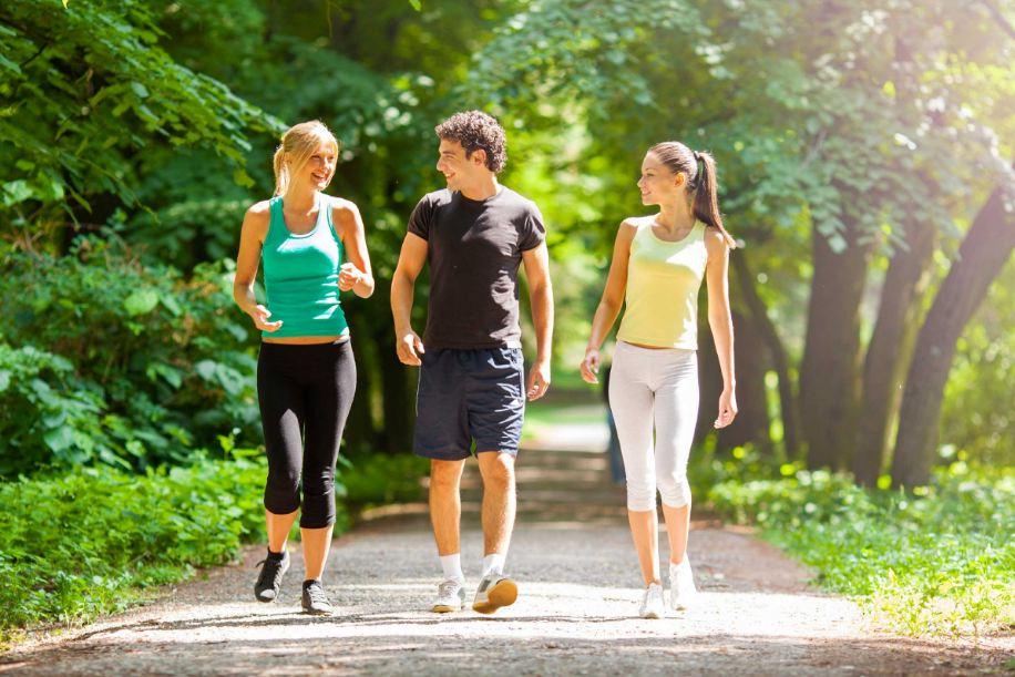 Đi bộ buổi sáng là cách hiệu quả để giảm mỡ bụng và lợi ích cho sức khỏe