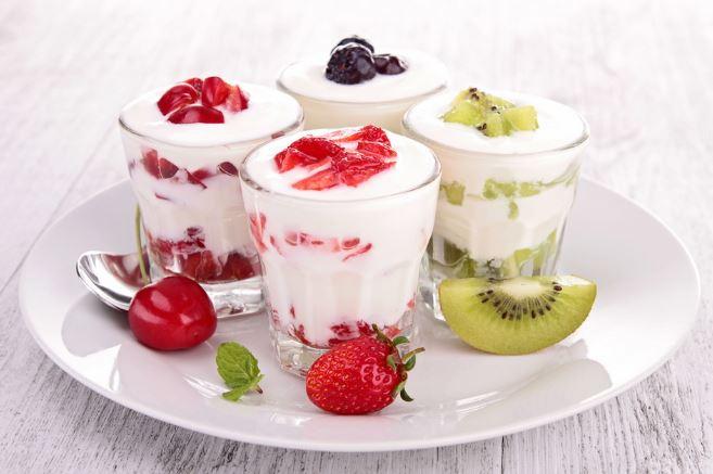 Sữa chua và một số loại trái cây là lựa chọn tốt cho tiêu hóa