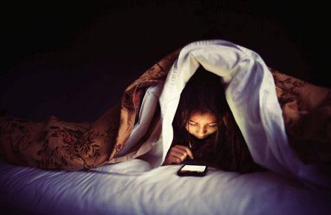 thức đêm khuya không giúp bạn giảm cân